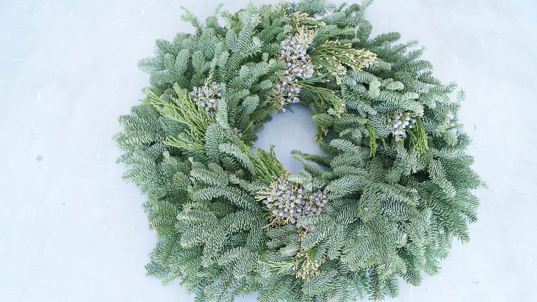 How to decorate a fresh Christmas wreath-07404