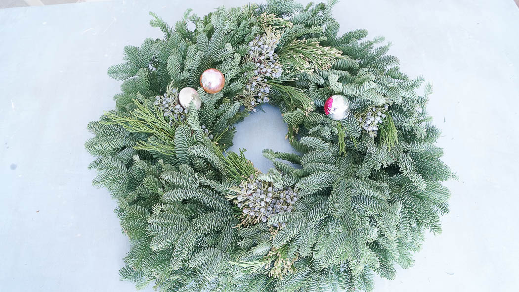 How to decorate a fresh Christmas wreath-07406