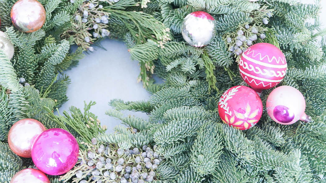 How to decorate a fresh Christmas wreath-07413