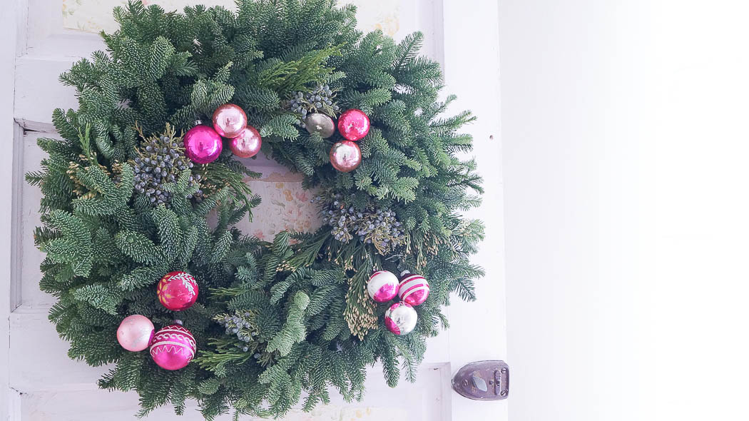 How to decorate a fresh Christmas wreath-07523