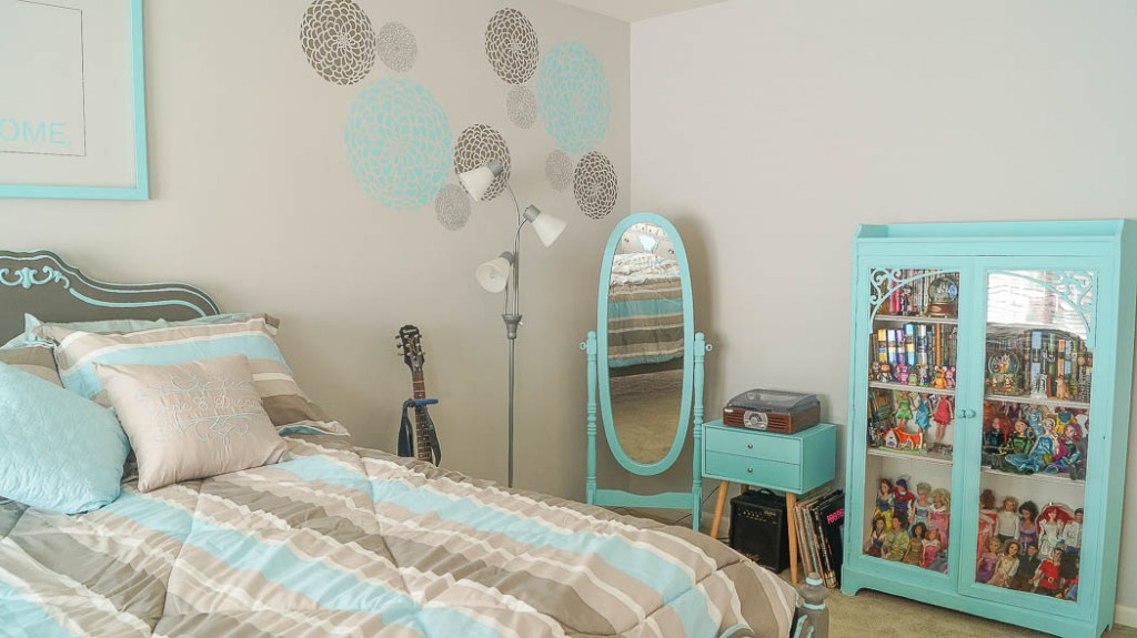 Teen girl bedroom decorating ideas use wallpaper on only one wall teen girl bedroom decorating - Teenage bedroom decorating ideas on a budget ...