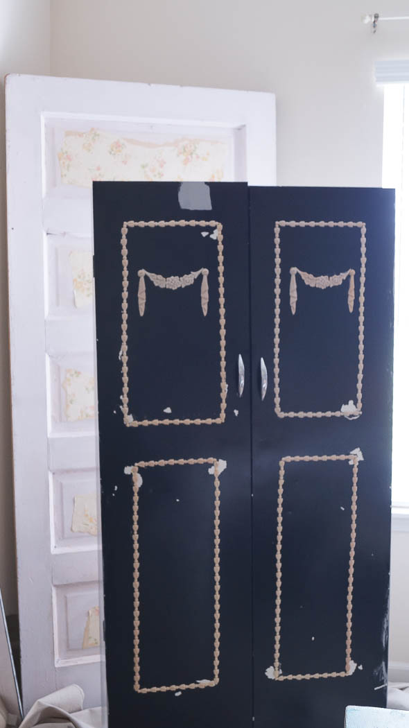 This pantry door update was super easy to do! Using a little paint and appliques it totally transformed it!