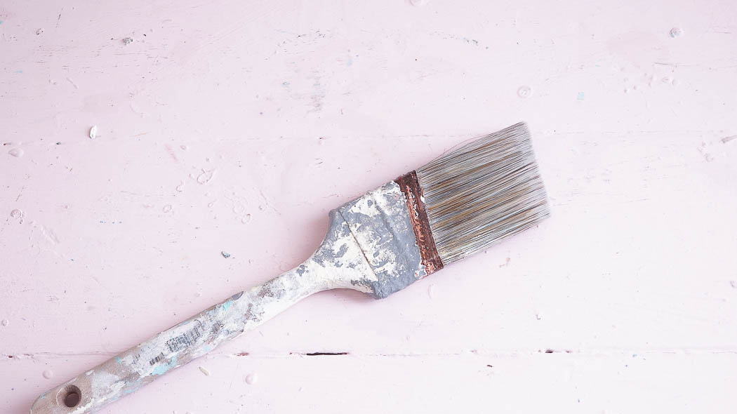 Did you know that vinegar cleans paint brushes? Not only does vinegar clean paint brushes but using fabric softner does too!