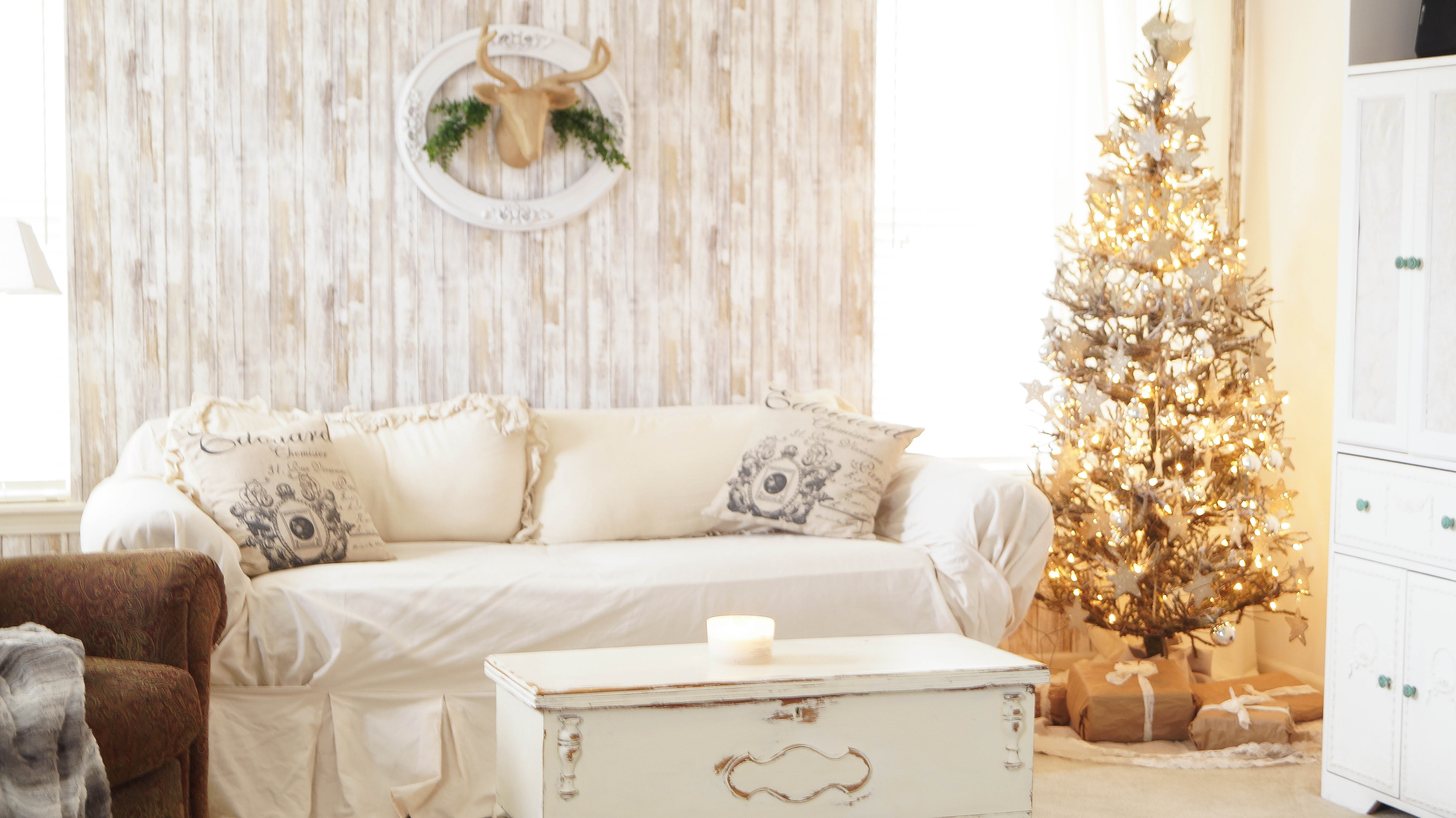 Rustic farmhouse style christmas white lace cottage for Style christmas